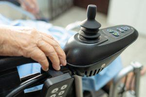 Invalidski skuter omogoča lažje opravljanje vsakodnevnih opravkov.